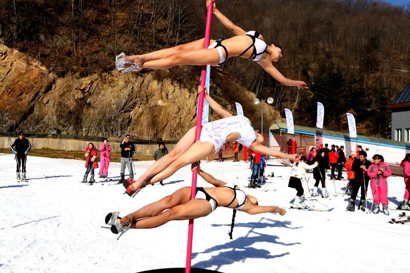 钢管舞美女挑战严寒冰天雪地比基尼热舞