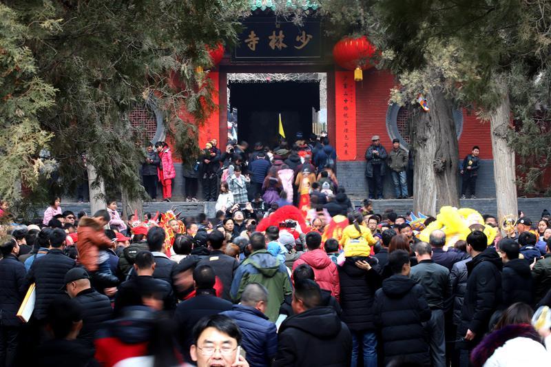 少林寺春节人潮汹涌祈福纳祥一眼望不到头