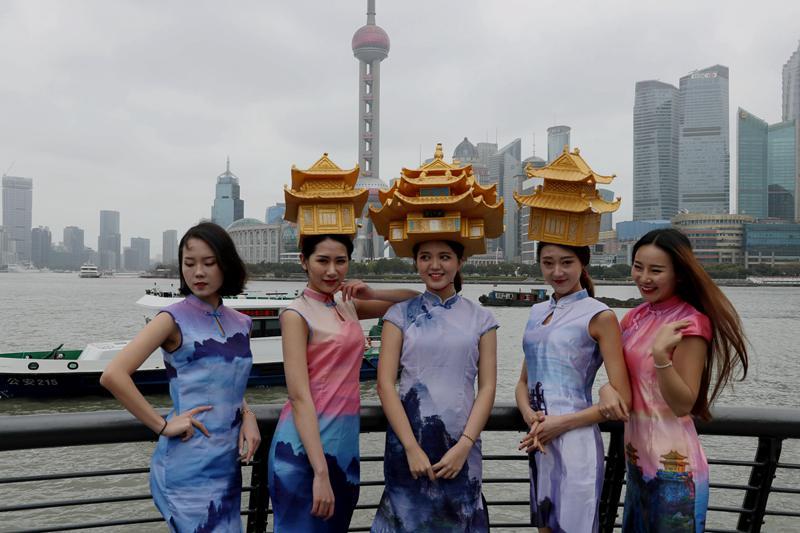 """美女头顶名山""""古建筑""""上海PK中国最高摩天大楼比颜值"""