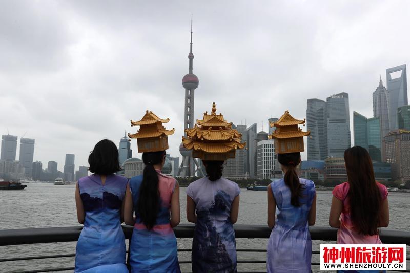 """天设地造今古奇观:美女头顶名山""""古建筑""""上海PK中国最高摩天大楼比颜值"""