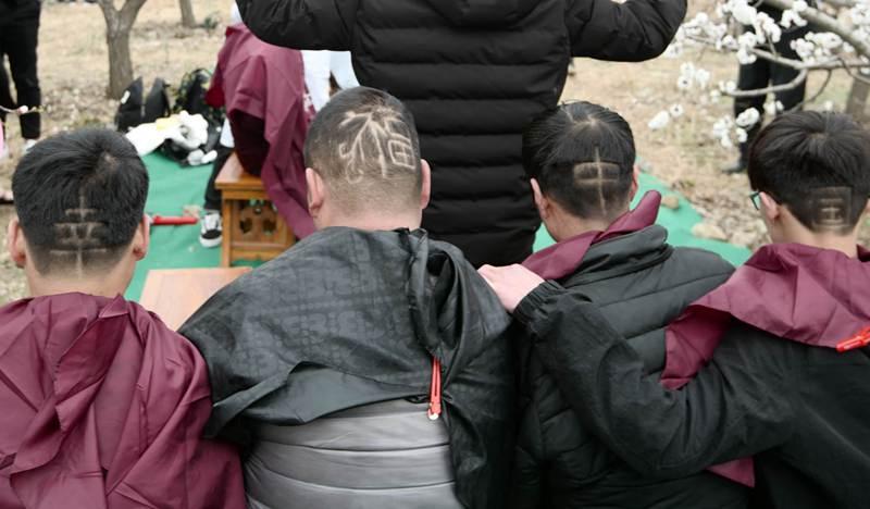 龙抬头:百名民众杏花林中剃