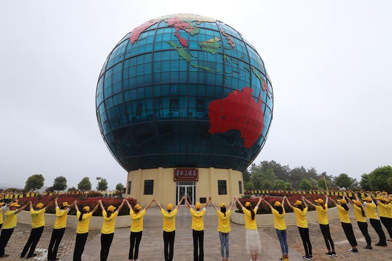 """百余志愿者十层楼高地球模型前呼吁""""爱地球"""""""