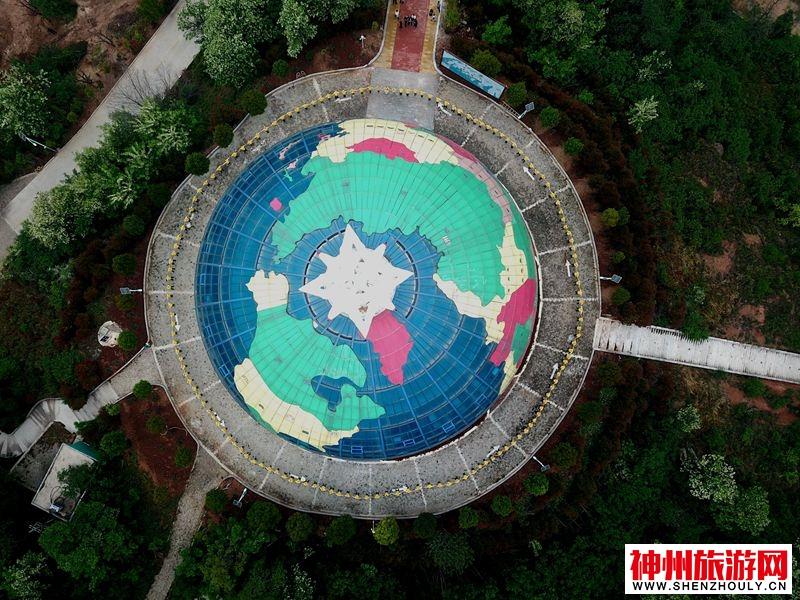 """迎""""世界地球日"""" 百余志愿者十层楼高地球模型前倡导""""爱地球"""""""
