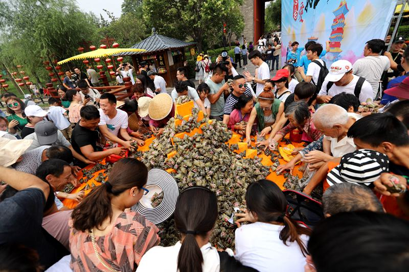 迎端午:清明上河园万枚粽子送游客 引数千人分食场面火爆