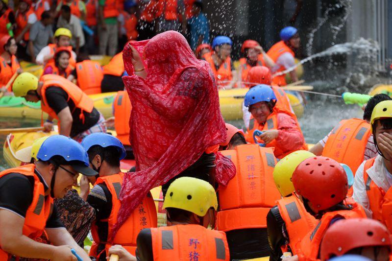 """高温难耐:民众在河里""""下饺子""""漂流船变身碰碰车"""