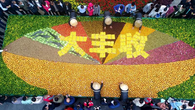 """6吨农作物打造巨碗""""大丰收""""农家菜  现场千人同吃一道菜"""
