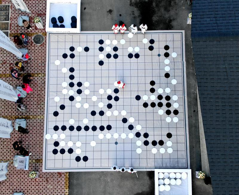 河南洛阳:小棋手百平米巨型棋盘上下大棋