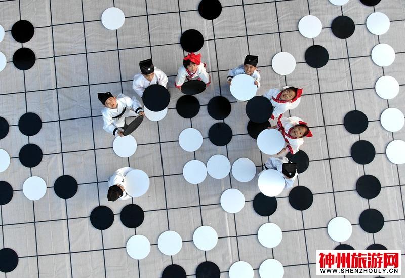 """乐在""""棋""""中  小棋手百平米巨型棋盘上下大棋"""