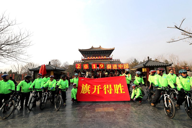 """河南清明上河园:民众骑行巡游迎新年愿""""骑""""开得胜"""
