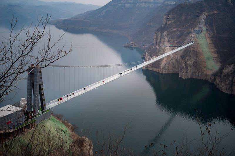 中原首条横跨黄河玻璃吊桥建成 壮汉挥大锤测安全