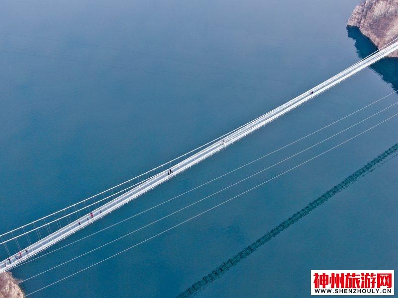 中原首条横跨黄河玻璃吊桥建成