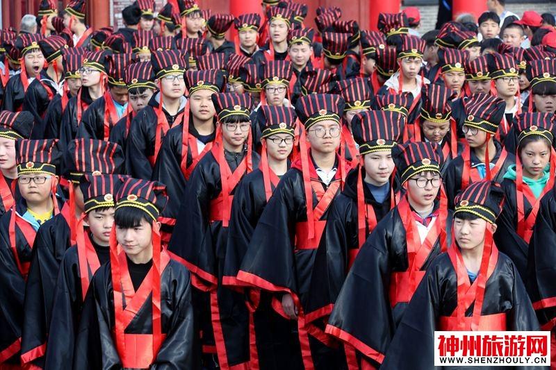 河南开封:五百学子穿古装共诵《满江红》气壮山河